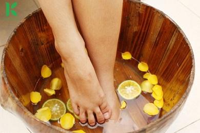 Tinh dầu sả chanh ngâm chân khử mùi hôi hiệu quả