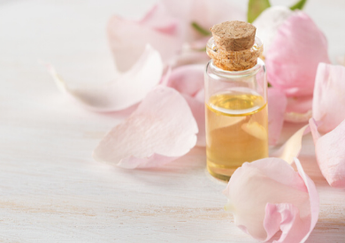 Tinh dầu hoa hồng có trị được mụn không?
