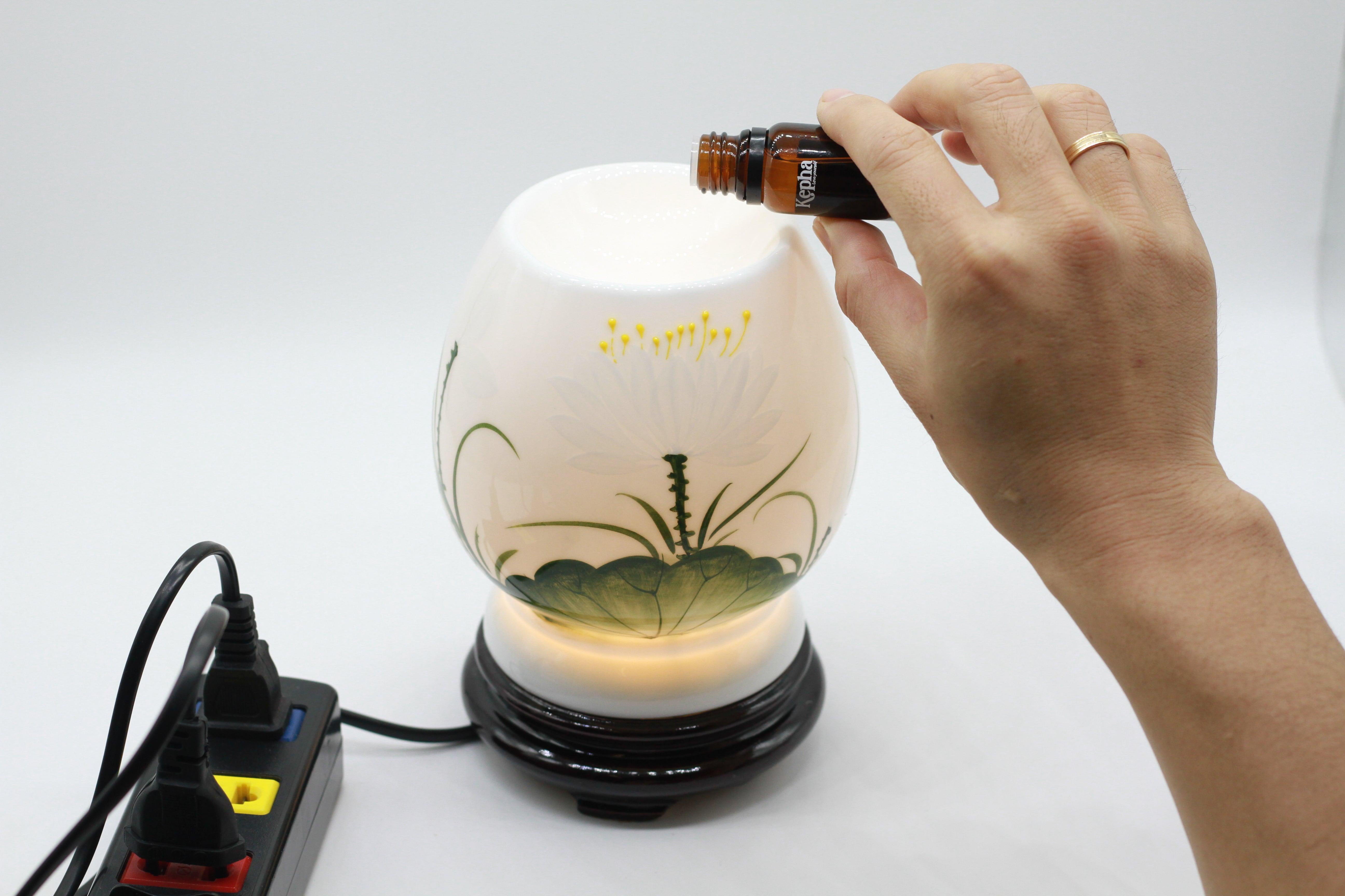 Cho 3-5 giọt tinh dầu vào đĩa đèn