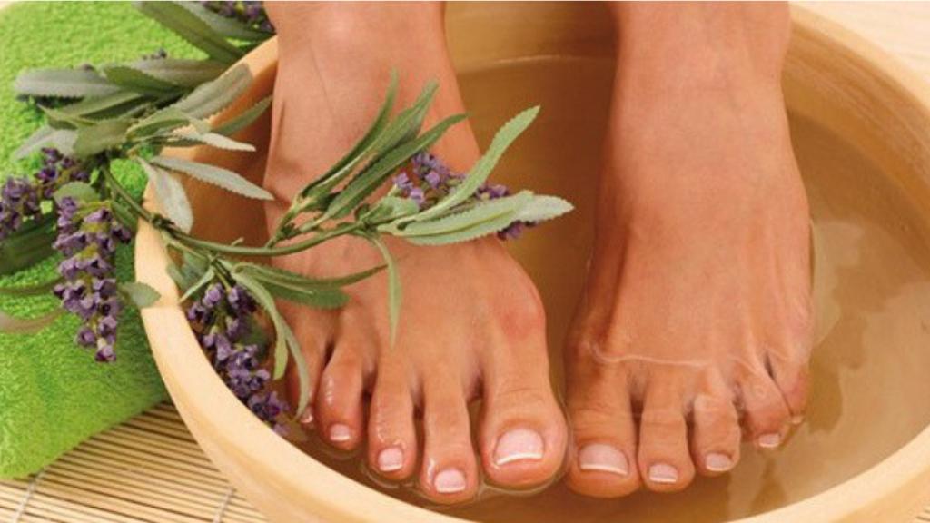 Ngâm  chân với tinh dầu trị hôi  chân